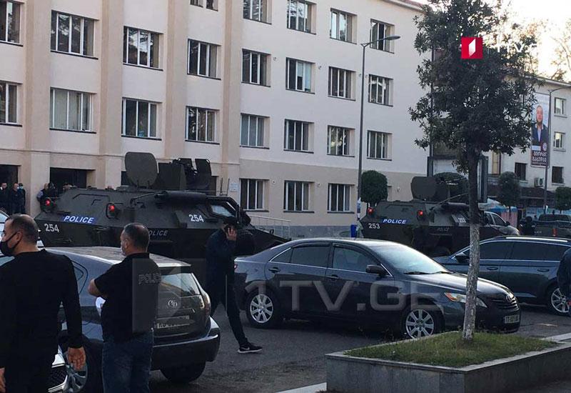 Gürcüstanda banka basqın edən terrorçu 40-dan çox insanı girov götürdü, sonra qaçdı